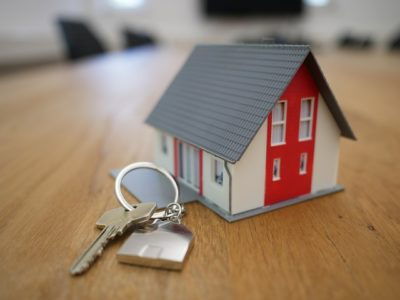 a miniature house with a set of keys for people buying a house after Covid-19